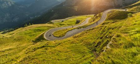 アルペンハイウェイ、Hochalpenstrasse、オーストリア、ヨーロッパに乗るオートバイドライバー。屋外写真、山の風景。旅行とスポーツ写真。スピード 写真素材