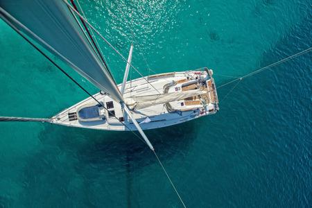 Blick aus dem hohen Winkel des Segelboots. Luftaufnahme des Schiffsdecks, aufgenommen vom Hauptholm. Standard-Bild