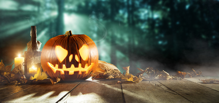 Spooky halloween pumpkins on wooden planks with dark horror background. Celebration theme, copyspace for text. Archivio Fotografico