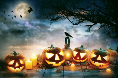 Griezelige Halloween pompoenen op houten planken met donkere horror achtergrond. Celebration thema, copyspace voor tekst. Stockfoto