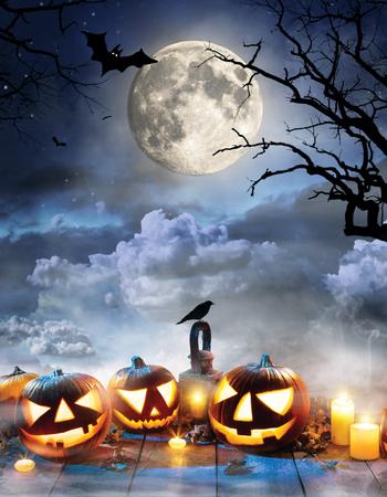 Gespenstische Halloween-Kürbisse auf Holzbohlen mit dunklen Horror-Hintergrund. Feier Thema, Exemplar für Text. Sehr hochauflösendes Bild