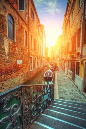 Historische straten in waterkanaal dat met groen water wordt gevuld. Beroemde oude stad Venetië, Italië.