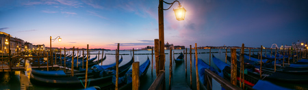 베니스, 이탈리아, 유럽에서 산 조르지오 디 Maggiore 교회와 세인트 마크 광장에 의해 계 류하는 곤돌라의 그룹. 이탈리아의 유명한 역사적 유산.