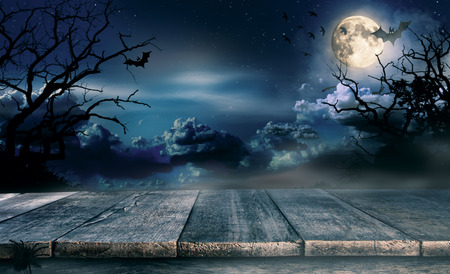 Spooky halloween background with empty wooden planks, dark horror background. Celebration theme, copyspace for text. Ideal for product placement 版權商用圖片