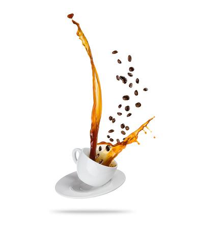 Éclabousser le café boire de la tasse avec des haricots volants, isolé sur fond blanc Banque d'images