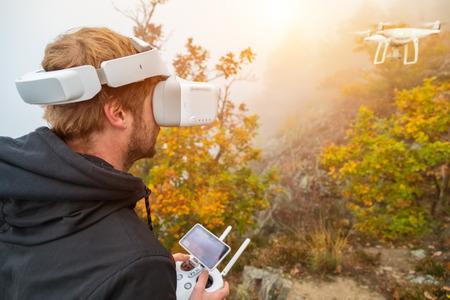 若い男処理ドローン、仮想現実の眼鏡を使用しています。新しい技術と写真やビデオ録画の動向。 写真素材