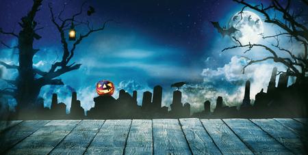 空の木製の板、暗い恐怖の背景に不気味なハロウィーンの背景。お祝いテーマ、本文 copyspace。製品の配置のための理想