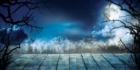 Gespenstischer Horrorhintergrund mit leeren hölzernen Planken, dunkler furchtsamer Hintergrund. Feier von Halloween-Thema, copyspace für Text. Ideal für die Produktplatzierung