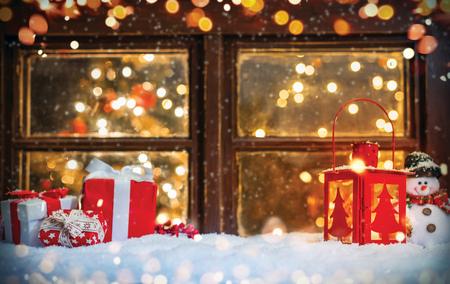 Bożych Narodzeń wciąż życie z starym drewnianym okno. Tło uroczystości, obraz wysokiej rozdzielczości
