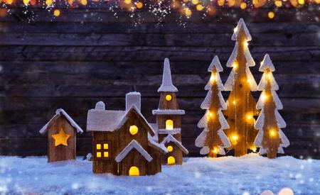 クリスマスの背景に照らされた木村、木。暗いテキストの空き領域と背景の木。クリスマスのお祝い