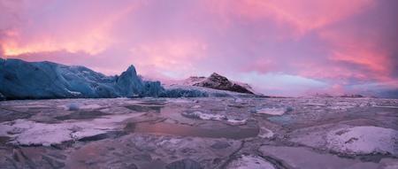 Mooie ijsberglagune in fjallsarlon met bevroren ijsschotsen, winter panoramisch landschap in hoge resolutie. Opwarming van de aarde en smeltend ijsconcept