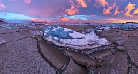 冷凍洪水、高解像度で冬のパノラマ風景とフィジャルサルロンの美しい氷山のラグーン。地球温暖化と氷の概念