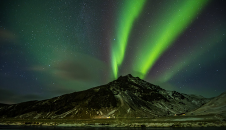 Mooi aurora borealis noordelijk licht in IJsland, schot in de vroege winterperiode Stockfoto