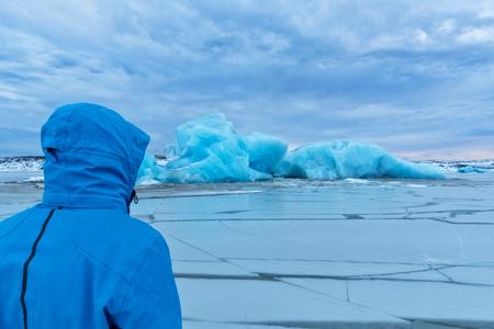 男 Fjallsarlon 氷山、アイスランドの探検家。極地探検家、旅行および概念をハイキング