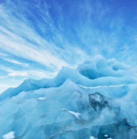 晴れた空、アイスランドの氷河流氷の上。地球温暖化と溶融氷の概念 写真素材