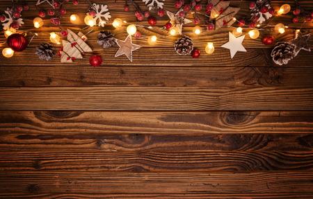 木製の装飾とスポットライトとクリスマスの背景。テキスト用の空き領域。お祝いと装飾的なデザイン。