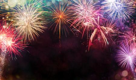 Sottragga la priorità bassa colorata del fuoco d'artificio con spazio libero per testo. Concetto di celebrazione e anniversario Archivio Fotografico - 91731941