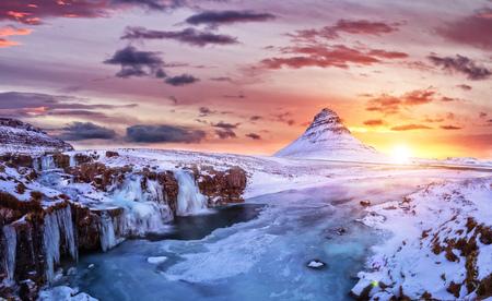 Góra Kirkjufell z zamarzniętej wody spada w zimie, Islandia. Jednym z słynnego dziedzictwa naturalnego w Islandii.