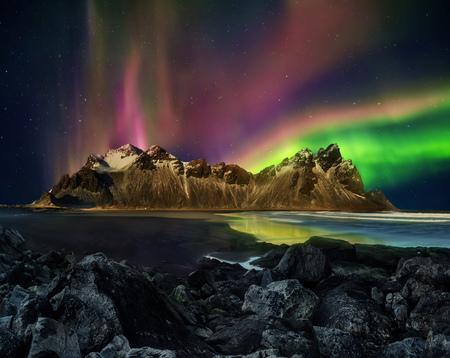 Vestrahorn Stockknes cordillera con aurora boreal, Islandia. Uno de los patrimonios naturales más bellos de Islandia. Foto de archivo
