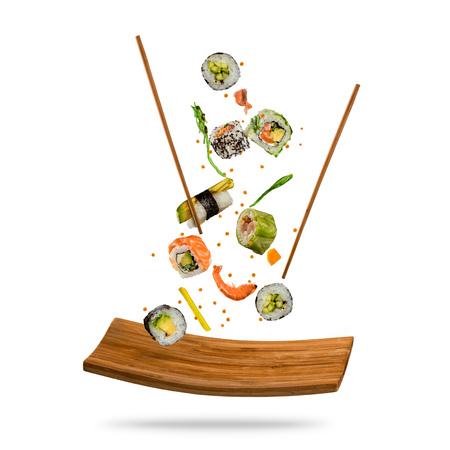 Fliegende Sushi-Stücke auf weißem Hintergrund Standard-Bild - 93546548
