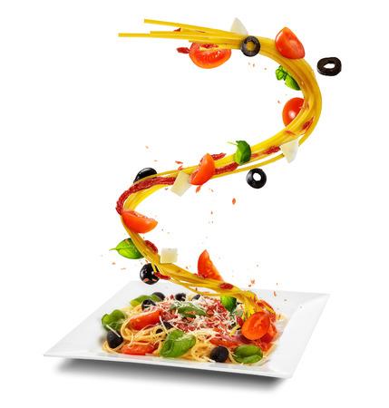 Pojęcie latający jedzenie z półkowym i tradycyjnym włoskim makaronem z warzywem. Pojedynczo na białym tle. Obraz o bardzo wysokiej rozdzielczości