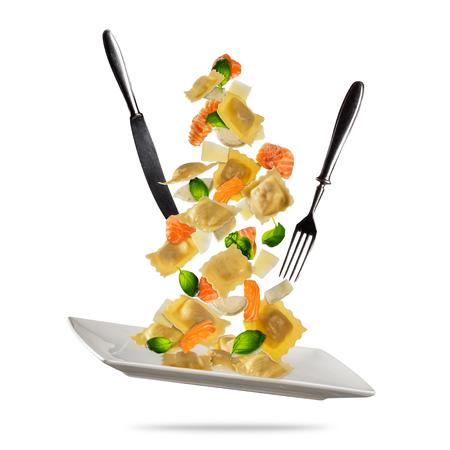 전통적인 이탈리아어 라비올리와 야채와 음식을 비행의 개념. 흰색 배경에 고립. 매우 높은 해상도 이미지