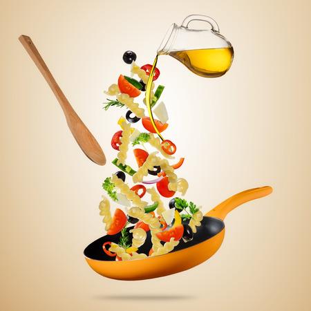 concept de la préparation de la nourriture de la nourriture avec des pâtes italiennes italiennes et légumes dans la casserole. isolé sur fond dégradé . image très haute résolution