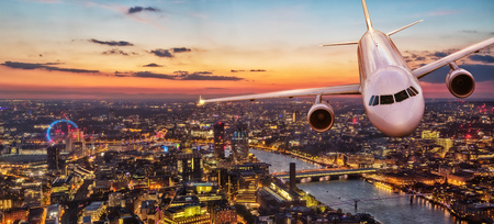 Commercial airplane jetliner flying above center of London. Travel and business. 版權商用圖片