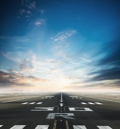 Pista del aeropuerto de asfalto vacío con cielo espectacular.