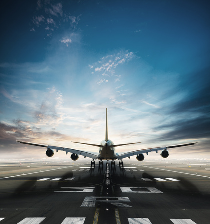 Enorme avión comercial de dos pisos que toma de pista. Modo de transporte moderno y rápido. Espectacular cielo al atardecer en el fondo