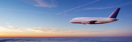 Norme avion commercial de passagers de deux étages volant au-dessus des nuages au coucher du soleil Concept de voyage rapide, vacances et affaires. Banque d'images - 107952728
