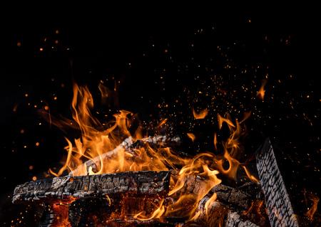 Spalanie kłód drewnianych w ogniu, ognisko na białym tle na czarnym tle
