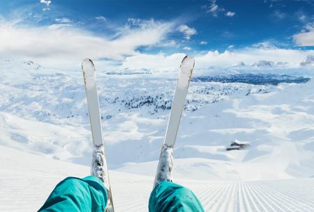 Dettaglio delle gambe dello sciatore pronte per la discesa. Sport invernali e attività ricreative. Spazio libero per il testo Archivio Fotografico