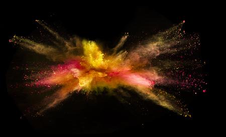 Explosion de poudre colorée isolée sur fond noir. Abstrait coloré Banque d'images