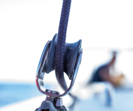 Sailboat winch with rope on yacht deck. Detail, low depth of focus. Leasure activities and extreme sport. Low depth of focus. Reklamní fotografie - 117028645
