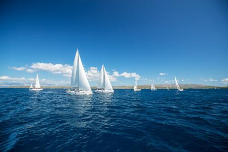 Competición regata de yates de vela. Actividades deportivas y recreativas de verano.
