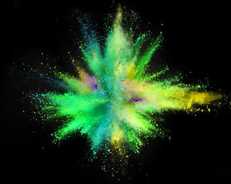 Explosión de polvo de color aislado sobre fondo negro. Fondo de color abstracto Foto de archivo