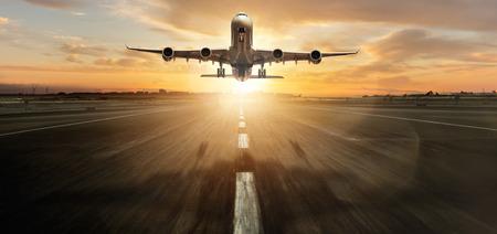 Enorme twee verdiepingen tellende commerciële jetliner opstijgen.