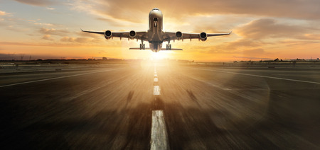 Riesiger zweistöckiger kommerzieller Jetliner beim Start.