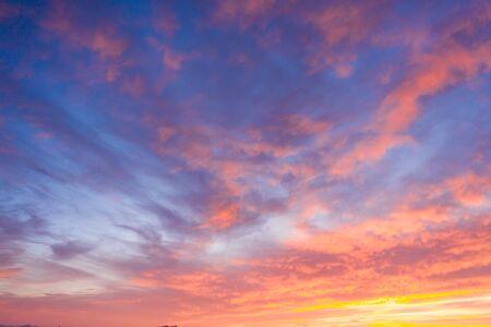 Beaux nuages de coucher de soleil dans des couleurs roses. Fond de nature abstraite