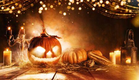 Upiorna dynia Halloween na drewnianych deskach w ciemnej piwnicy. Zdjęcie Seryjne