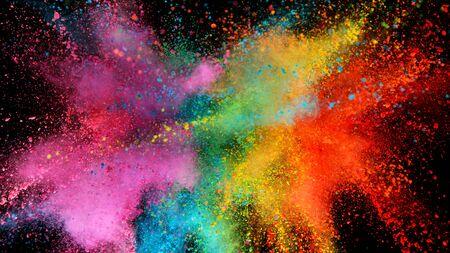 Explosion von farbigem Pulver isoliert auf schwarz