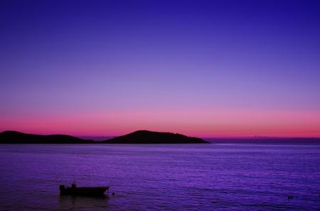 eacute: il mare al sorgere del sole e barca