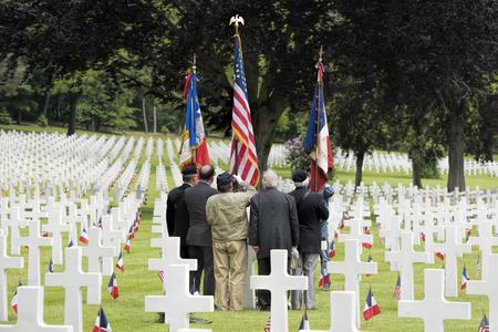 memorial cross: día conmemorativo en el cementerio americano en Francia Foto de archivo