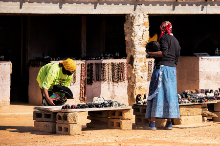 arte africano: vendedora de arte africano Foto de archivo