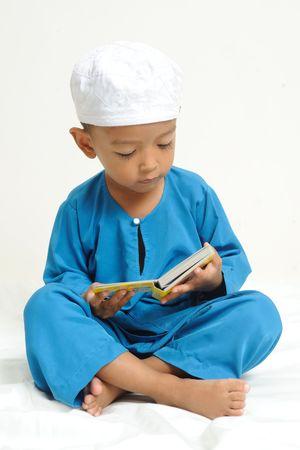 イスラム教の子供はカラフルな本で学んでいた