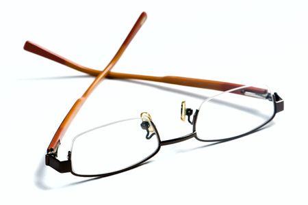 白い背景の上の黄色のフレーム眼鏡