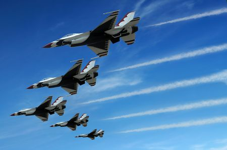 航空ショー: デモンストレーションの間に軍戦闘機