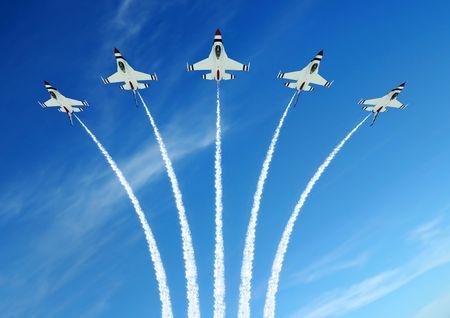 akrobatik: Milit�rische Kampfjet, die w�hrend der demonstration  Lizenzfreie Bilder