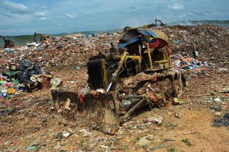 landfill site: Bulldozer che lavora in una discarica